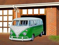 Volkswagon de vintage dans le garage Images stock