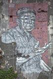 Voll- Ansicht des Kunstwerks, malend auf Außenwand des Gebäudes, mit der Illustration des älteren Mannes, sehr ausdrucksvoll stockfoto