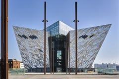 Voll- Ansicht des titanischen Museums gegen hellblauen Himmel lizenzfreies stockfoto