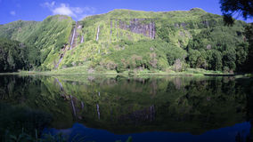 Voll- Ansicht von Wasserfällen in Poco-Vati Algoinhas in Flores, Azoren Stockfotos