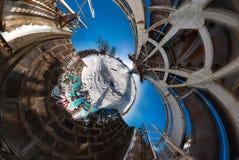 360 voll durch 180 Grad Panoramaansicht-Verzichtbrücke nahe Fluss mit netten Wolken Lizenzfreie Stockfotos