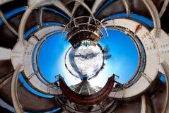 360 voll durch 180 Grad Panoramaansicht-Verzichtbrücke nahe Fluss mit netten Wolken Stockfotos