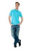 Voll-Karosserie Haltung des lächelnden Mannes lizenzfreies stockbild