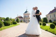 Voll vom stilvollen Bräutigam der Liebe mit blonder Braut auf dem Hintergrund Stockfoto