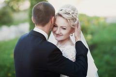 Voll vom stilvollen Bräutigam der Liebe mit blonder Braut auf dem Hintergrund Lizenzfreies Stockbild