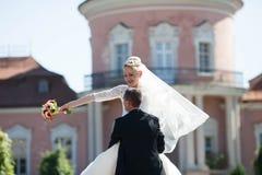 Voll vom stilvollen Bräutigam der Liebe mit blonder Braut auf dem Hintergrund Lizenzfreie Stockfotografie