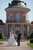 Voll vom stilvollen Bräutigam der Liebe mit blonder Braut auf dem Hintergrund Lizenzfreies Stockfoto