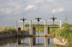 Voll vom Wasserbewässerungabzugsgraben mit Schleusentor drei Stockbild