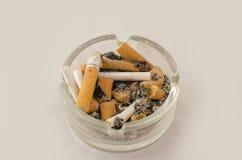 Voll vom Zigarettenaschenbecher Stockfotos