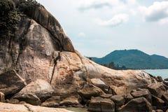 Voll von den Felsen auf der Küste und idyllischen blauen dem Meer- und klarenhimmel Stockbild