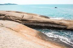 Voll von den Felsen auf der Küste und idyllischen blauen dem Meer- und klarenhimmel Lizenzfreies Stockfoto