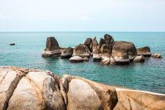 Voll von den Felsen auf der Küste und idyllischen blauen dem Meer- und klarenhimmel T Lizenzfreie Stockfotos