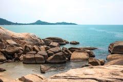 Voll von den Felsen auf der Küste und idyllischen blauen dem Meer- und klarenhimmel T Lizenzfreie Stockfotografie