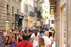 Voll von den Leutestraßen von Verona, Italien lizenzfreies stockfoto