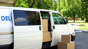 Voll von der Pappschachtelpackwagenstellung auf Straße, Umzugsunternehmenservice-Transport lizenzfreie stockbilder