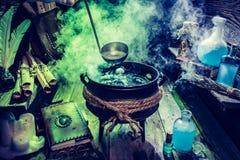 Voll von magischer Mischung witcher Hütte für Halloween stockbild
