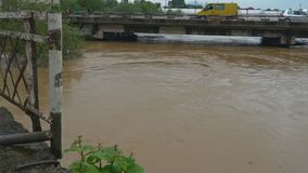 Voll Wasser ?berschwemmungskan?le, die Hochwasser von einem kleinen Fluss entwickeln stock video footage