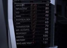 Vollanoden gestapelt von der Gewichtsmaschine in der Eignungsturnhalle Stockbild