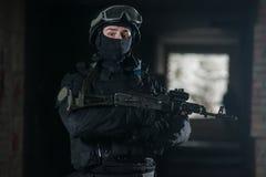 Vollausgebaute Soldaten mit automatischen Waffen Stockfoto