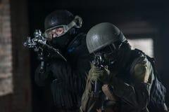 Vollausgebaute Soldaten mit automatischen Waffen Lizenzfreies Stockfoto