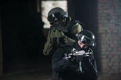 Vollausgebaute Soldaten mit automatischen Waffen Lizenzfreie Stockbilder