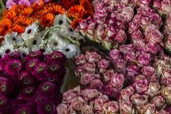 Volle Blumensträuße von Schnittblumen auf dem Markt Stockfoto