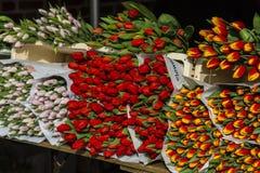 Volle Blumensträuße von Schnittblumen auf dem Markt Stockfotografie