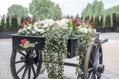 Volle bunte Blumen des alten hölzernen Warenkorbes mit Blume simsen lizenzfreie stockbilder