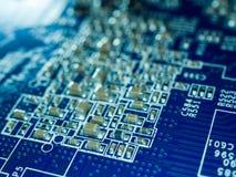 Volle FokusLeiterplatte mit Mikrochips und anderen elektronischen Bauelementen Computer- und VernetzungsKommunikationstechnologie Lizenzfreie Stockbilder