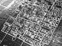 Volle FokusLeiterplatte mit Mikrochips und anderen elektronischen Bauelementen Computer- und VernetzungsKommunikationstechnologie Lizenzfreie Stockfotos