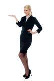 Volle Haltung der reizend jungen Geschäftsfrau stockfotos