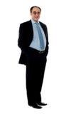 Volle Haltung eines lächelnden älteren Firmadirektors lizenzfreie stockfotos