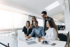 Volle Konzentration bei der Arbeit Unternehmensteamarbeitskollegen, die im modernen B?ro arbeiten stockfoto