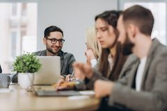 Volle Konzentration bei der Arbeit Unternehmensteamarbeitskollegen, die im modernen B?ro arbeiten lizenzfreies stockbild