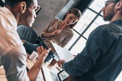 Volle Konzentration Gruppe junge überzeugte Geschäftsleute DIS stockfoto