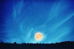 Volle maan bij nacht op de donkerblauwe hemel Royalty-vrije Stock Foto's