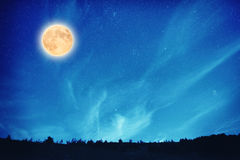Volle maan bij nacht op de donkerblauwe hemel Royalty-vrije Stock Afbeelding