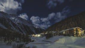 Volle maan clounds en de winterbergen die in Solda verlichten stock afbeelding