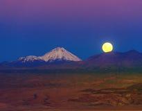 Volle maan in de Maanvallei atacama Stock Fotografie