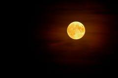 Volle maan in de mist op de donkere achtergrond van de nachthemel Royalty-vrije Stock Foto's