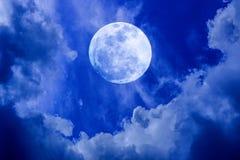 Volle maan in de nachthemel stock afbeelding