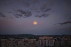Volle maan in de stad Stock Foto
