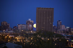 Volle maan die achter UIC-de bouw in Chicago toenemen Royalty-vrije Stock Fotografie