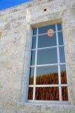 Volle maan die op een gekleurd venster wordt weerspiegeld Stock Fotografie