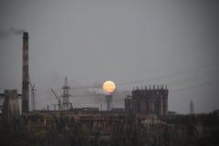 Volle maan die over industrieel landschap toenemen Royalty-vrije Stock Afbeelding