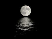 Volle maan die in water wordt weerspiegeld Royalty-vrije Stock Foto