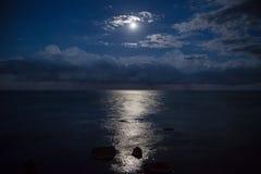 Volle maan en bezinning in overzees, mooie wolken Royalty-vrije Stock Afbeelding