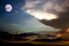 Volle maan en de achtergrond van de zonsonderganghemel Element van Volle maan Royalty-vrije Stock Fotografie