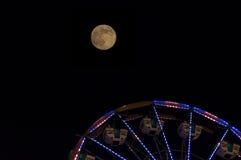 Volle maan en een Reuzenrad Stock Afbeeldingen