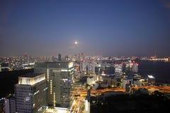 Volle maan en licht op gebouwen in Tokyo stock afbeeldingen